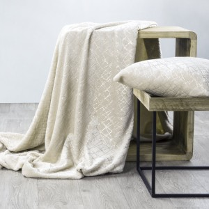 Krásná krémová hrubá deka s dekoračními zlatými ornamenty