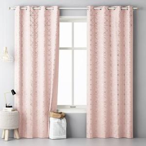 Moderní dekorační závěs růžové barvy se zlatým vzorem
