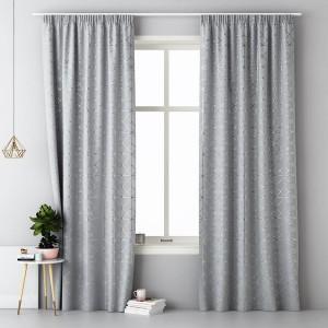 Moderní závěsy světle šedé barvy se stříbrným vzorem