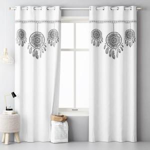 Bílý dekorační závěs do ložnice s motivem lapače snů