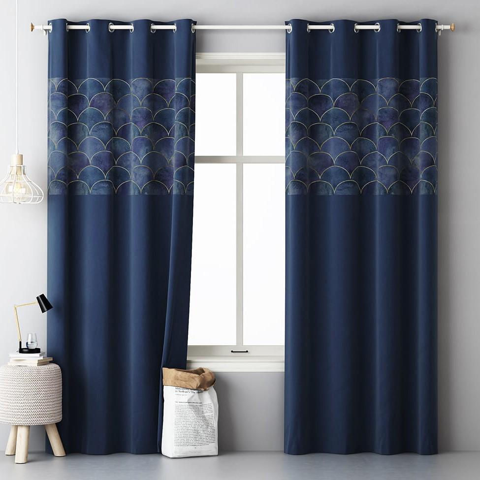 Luxusní dekorační závěs tmavě modré barvy se vzorem