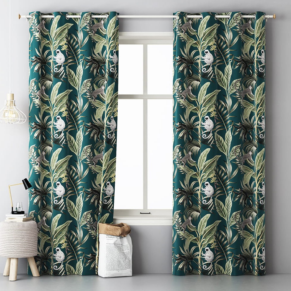 Dekorační závěsy do ložnice s tropickým motivem zelené barvy