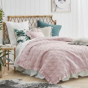 Růžová prošívaná přikrývka na manželskou postel