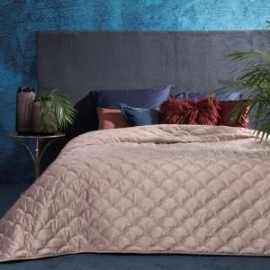Stylový přehoz na postel v růžové barvě s prošíváním