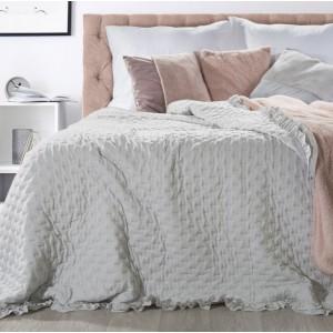 Vzorovaný přehoz na postel v šedé barvě