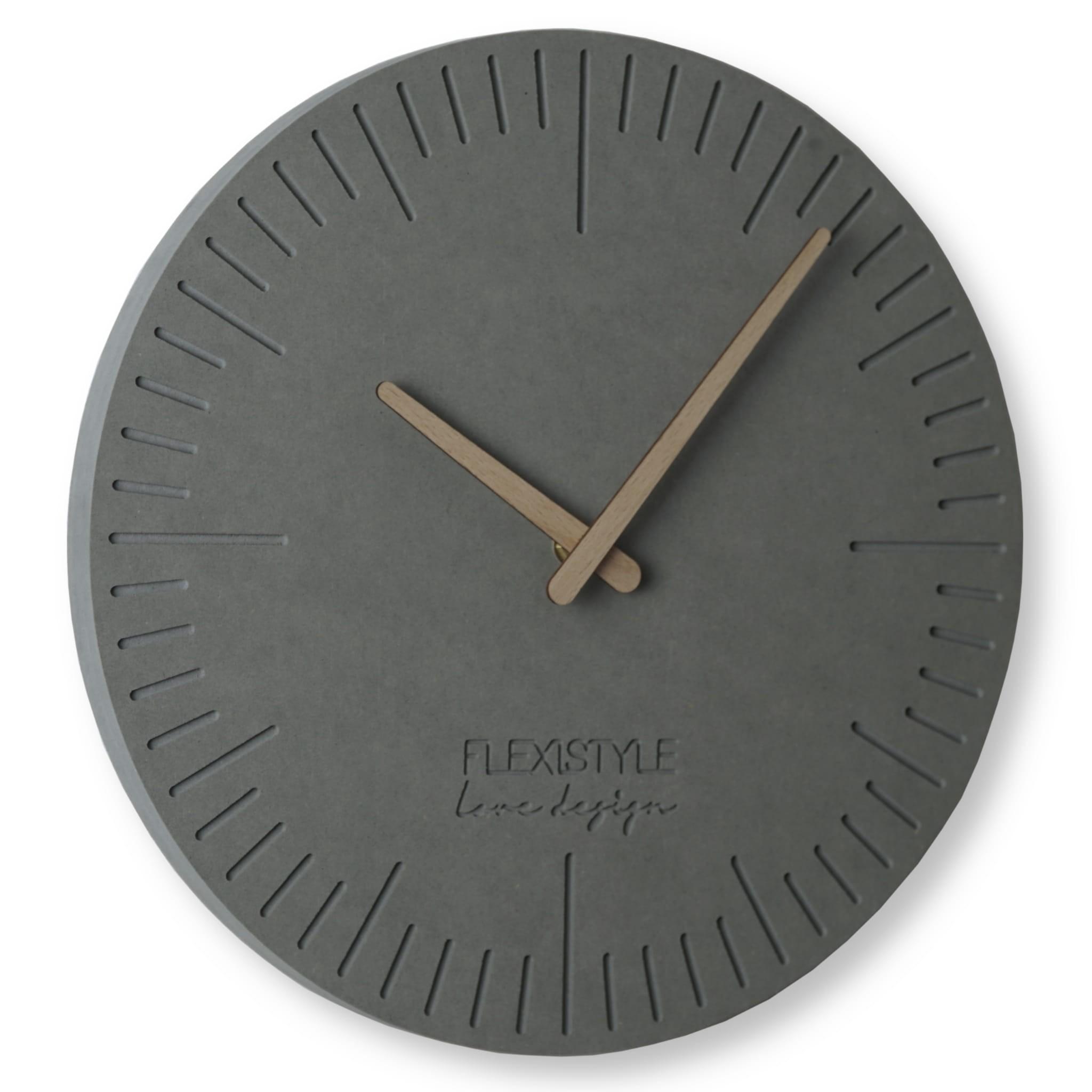 Moderní hodiny ze dřeva ve světle šedé barvě