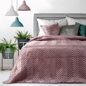 Kvalitní růžový přehoz na postel s moderním prošíváním