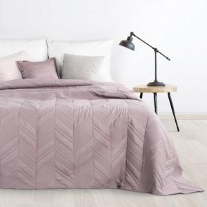 Růžový přehoz na postel s cik-cak vzorem