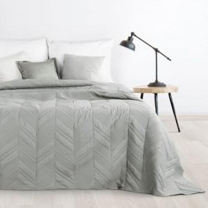 Stylový přehoz na postel ve světle šedé barvě