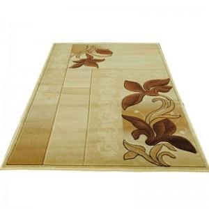 Hranatý koberec hnědé barvy