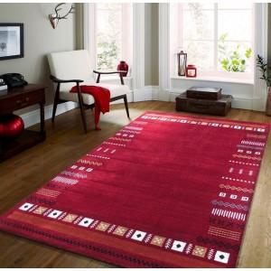 Stylový koberec v červené barvě s motivem geometrických tvarů