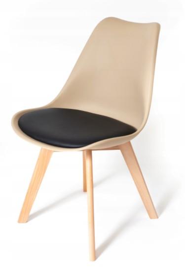 Židle v béžové barvě s černým podsedákem
