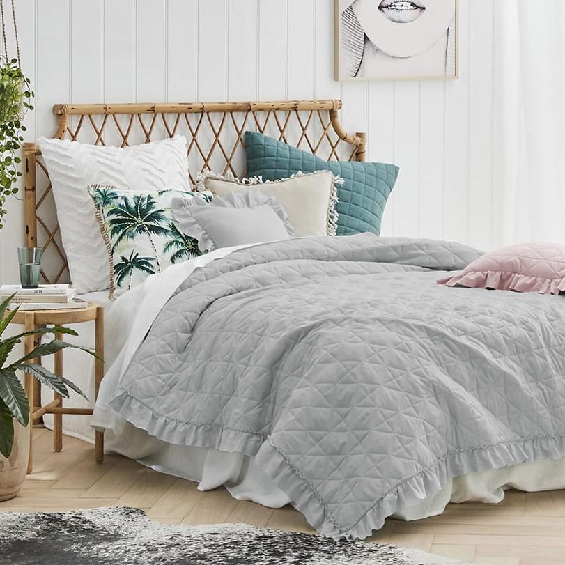 Šedý prošívaný přehoz na postel s vkusným límcem 220 x 240 cm