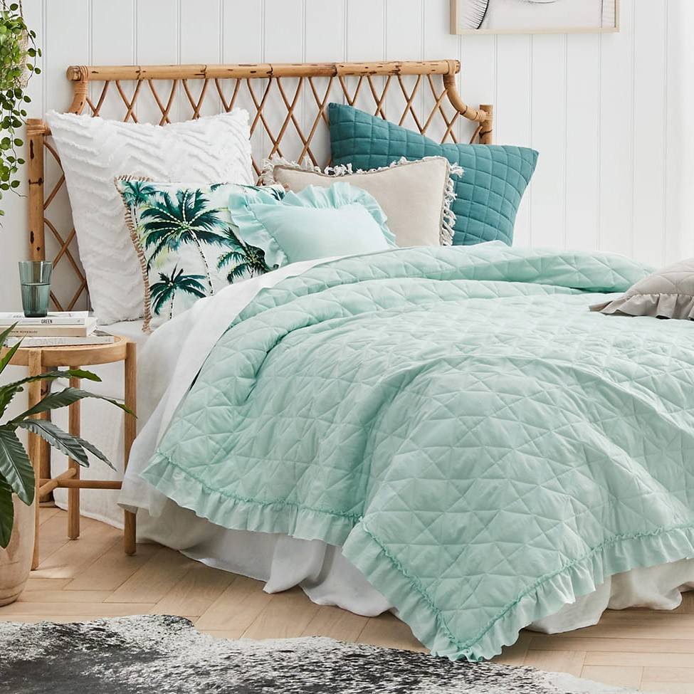 Mentolový přehoz na manželskou postel s jemným prošíváním 220 x 240 cm