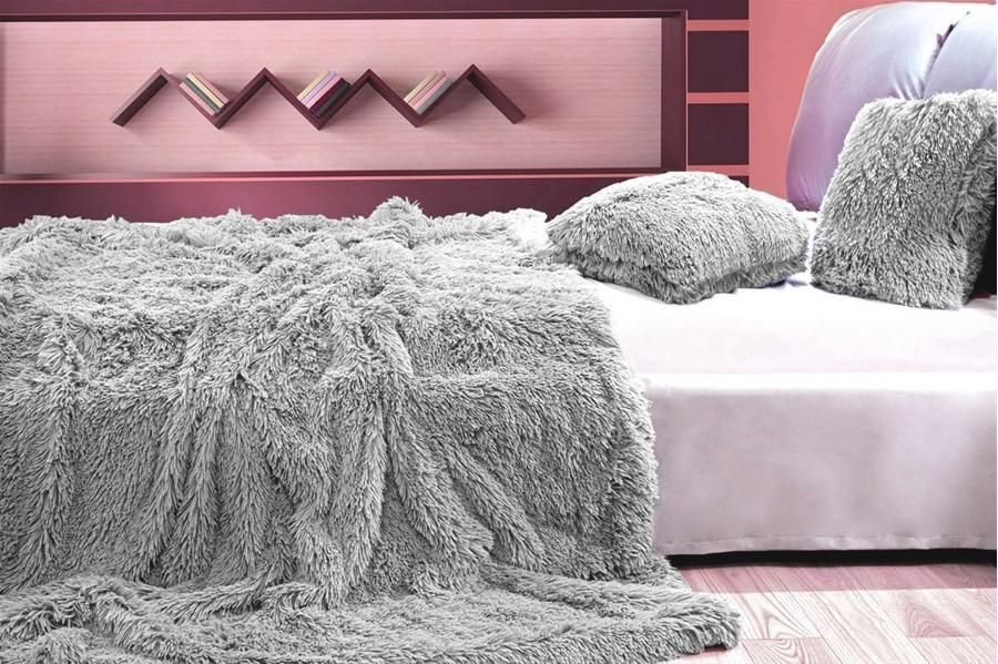 Deky jako chlupaté přehozy šedé barvy na postel 150 x 200 cm