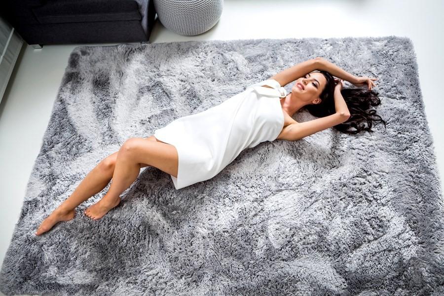 Moderní plyšový koberec světle šedé barvy 160 x 230 cm