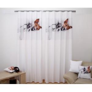 Bílý dvoudílný závěs do pokoje se spícími psy