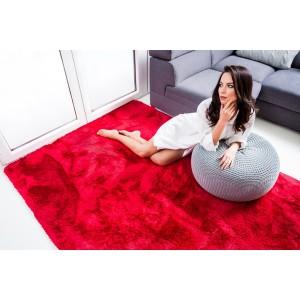 Měkký plyšový koberec červené barvy