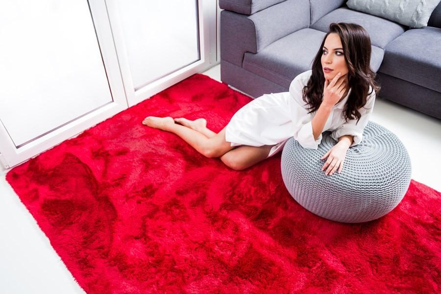 Měkký plyšový koberec červené barvy 140 x 200 cm