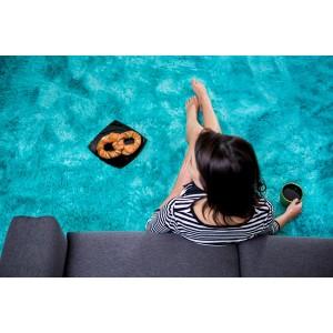 Moderní plyšový koberec modré barvy