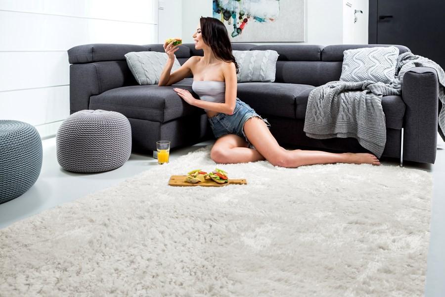 Měkký plyšový koberec krémové barvy 140 x 200 cm