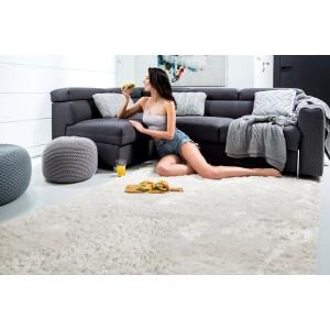 Měkký plyšový koberec krémové barvy