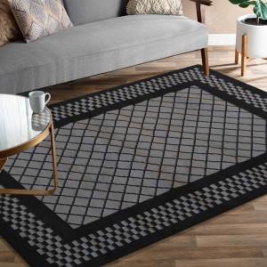 Tmavě šedý koberec s černým vzorem