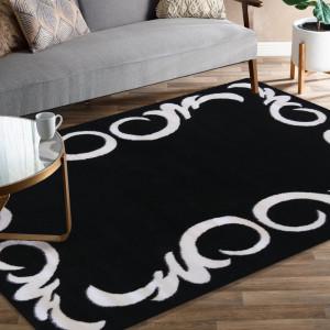 Černý koberec s bílým ornamentem