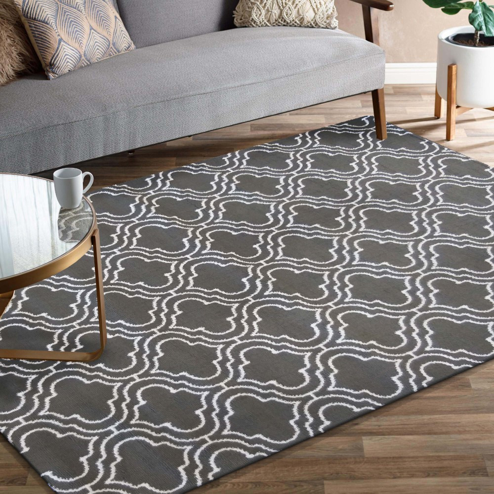 Skandinávský koberec v šedé barvě s bílým vzorem