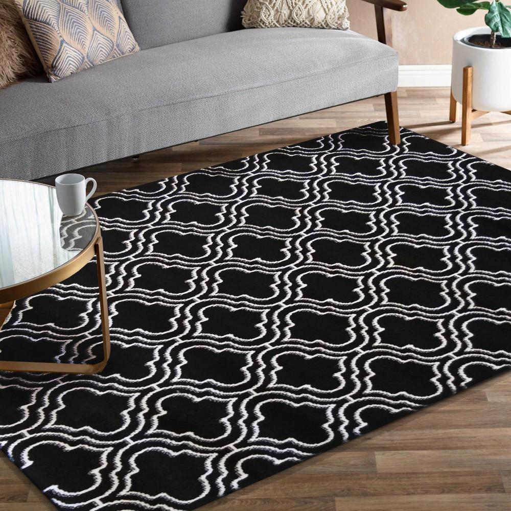 Kvalitní skandinávský koberec v černé barvě s bílým vzorem