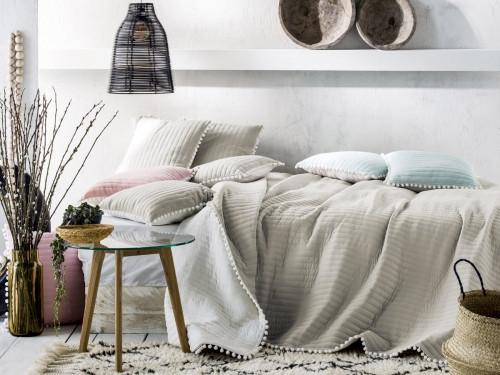 Kvalitní pŕehoz na postel v běžove barvě 220 x 240 cm