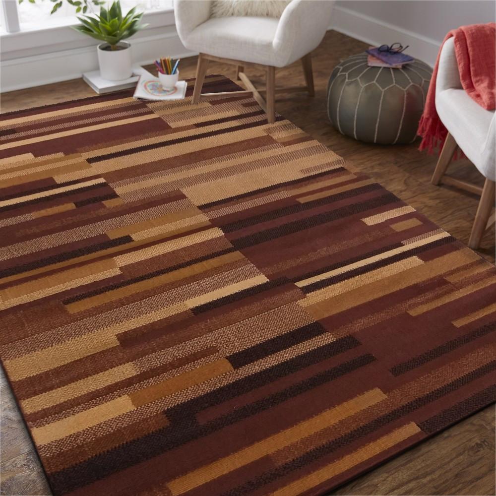 Originální hnědý koberec v jednoduchém stylu