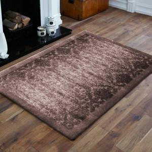 Hnědý koberec s vysokým vlasem