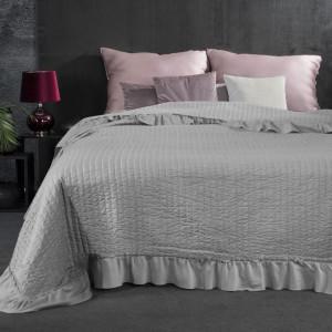 Světle šedý prošívaný přehoz na postel