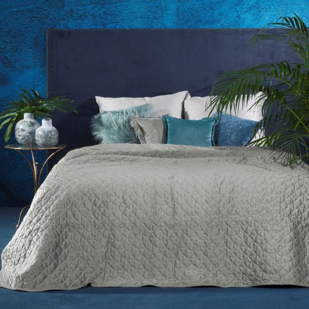Stříbrný přehoz na postel prošívaného stříbrnou nití
