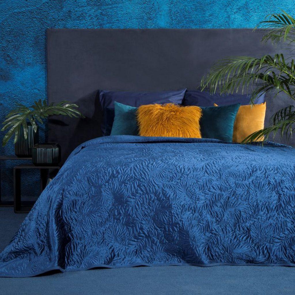 Originální tmavě modrý přehoz na postel s potiskem