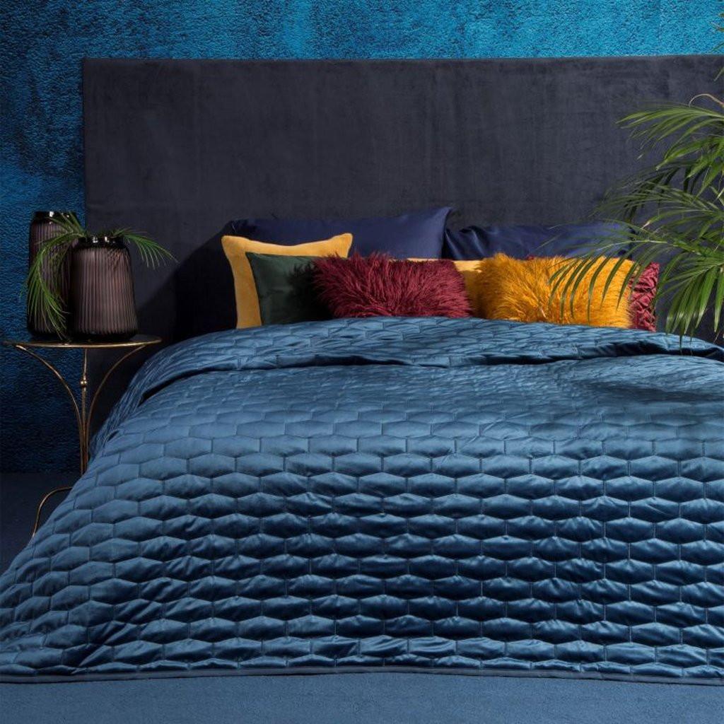 Moderní tmavě modrý přehoz na manželskou postel