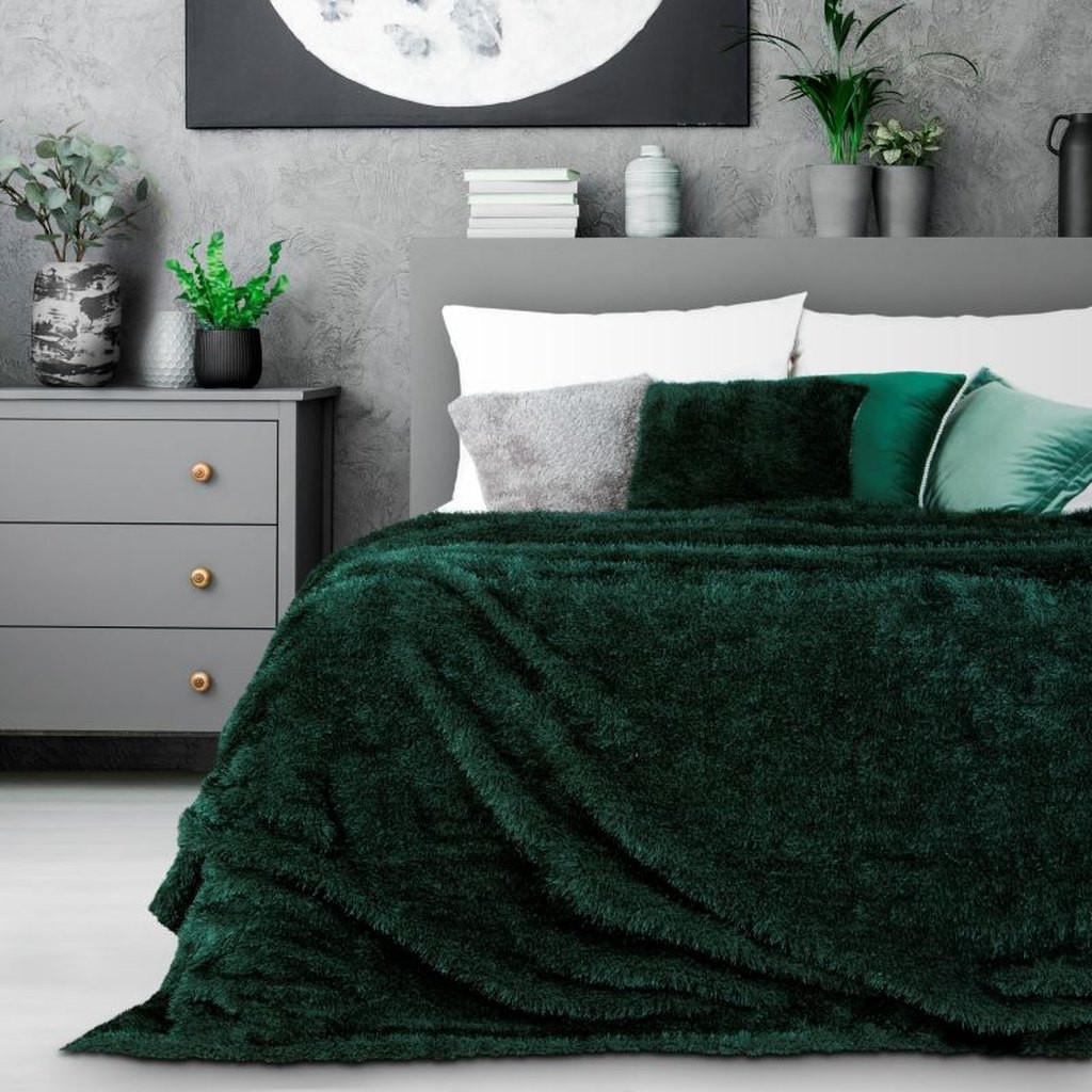 Moderní chlupatý přehoz na postel v tmavě zelené barvě