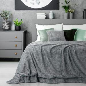 Chlupatý přehoz na postel šedé barvy