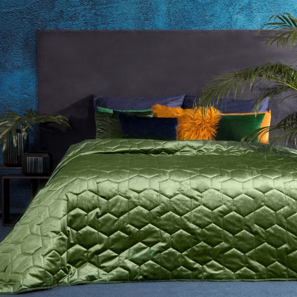 Zelený přehoz na postel z lesklé látky