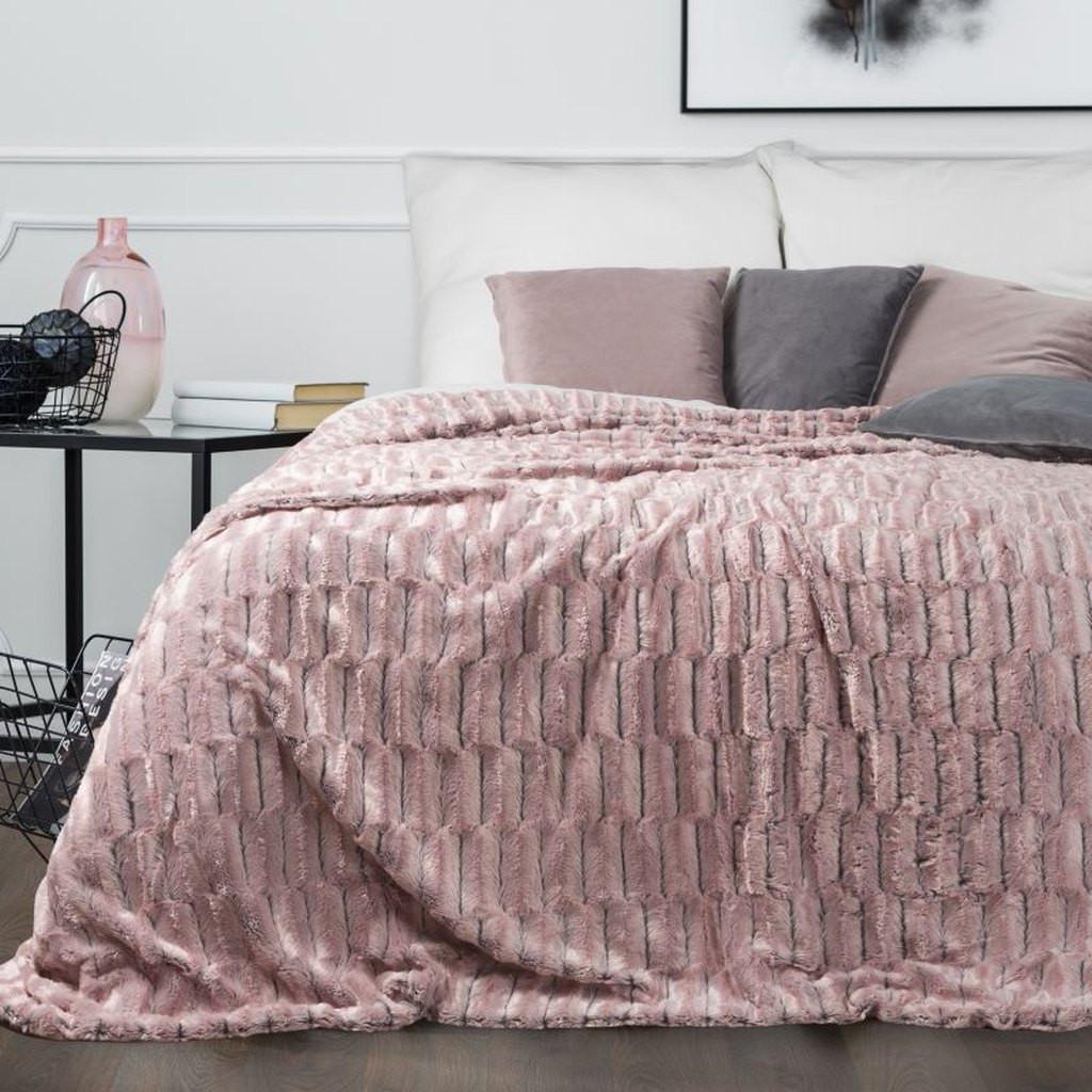 Měkký růžový přehoz na postel