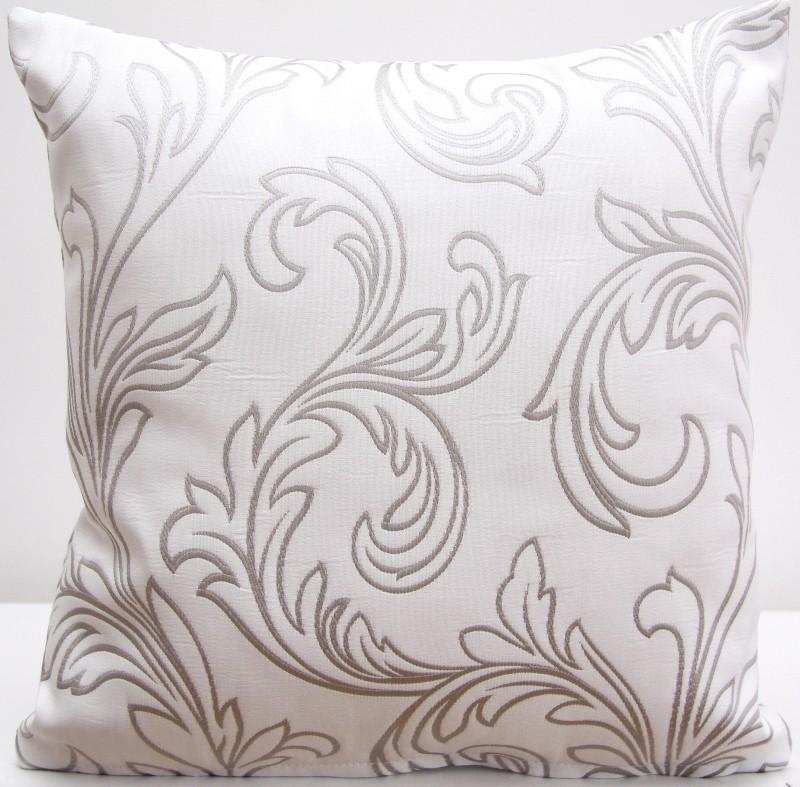 Dekorační bílý povlak na polštář se vzorem stříbrných ornamentů