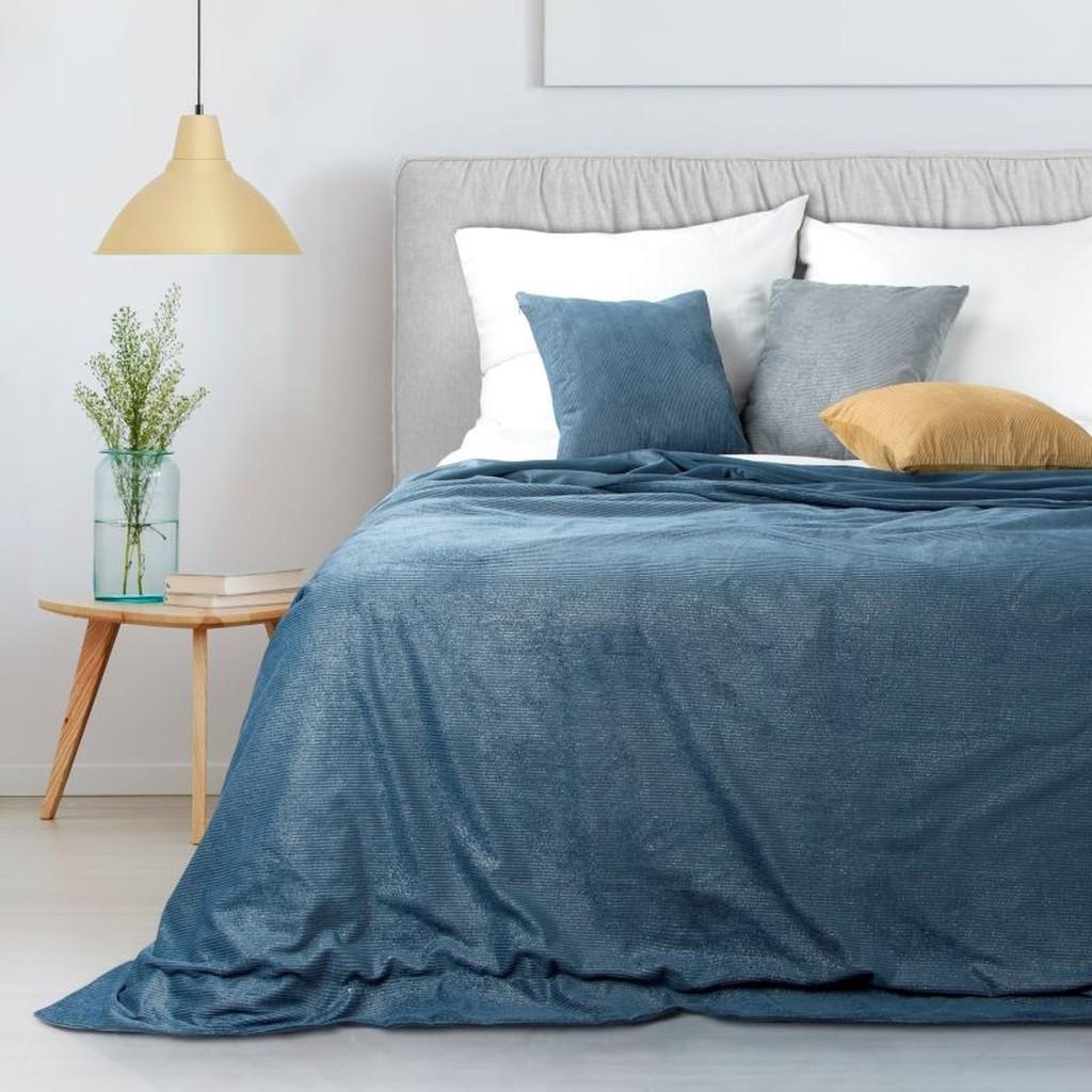 Měkký tmavě modrý přehoz na postel