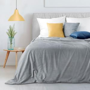 Elegantní světle šedý přehoz na manželskou postel