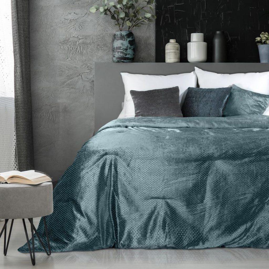 Originální lesklý přehoz na postel v modré barvě