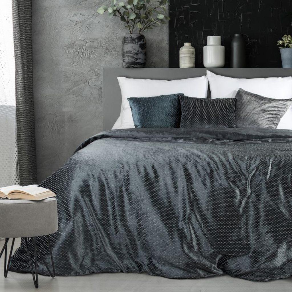 Tmavě šedý přehoz na manželskou postel z lesklé látky