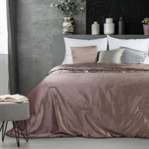 Přehoz a deka v pudrové barvě z kavlitného materiálu