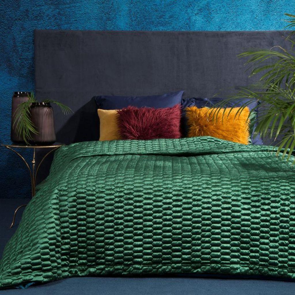 Originální zelený přehoz na postel s moderním prošíváním