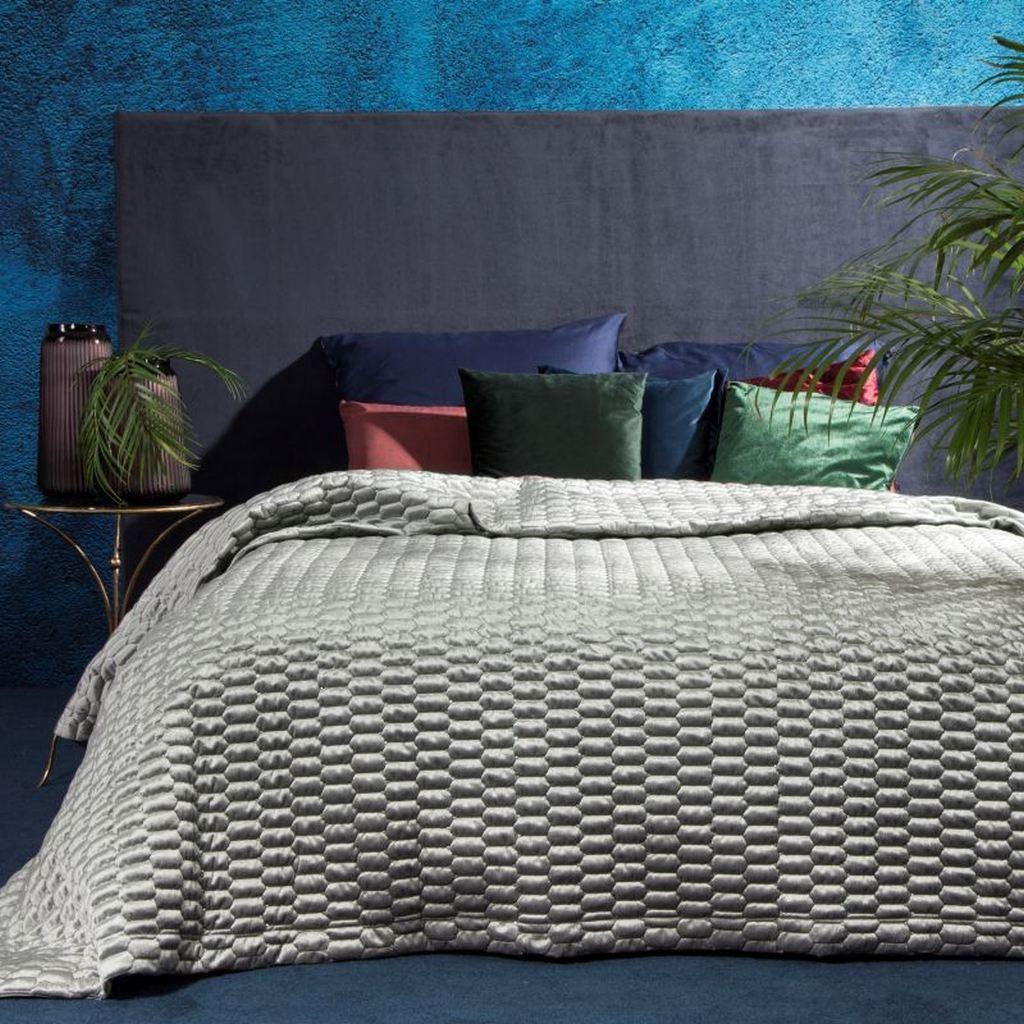 Kvalitní přehoz na postel v světle šedé barvě