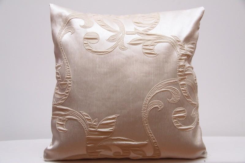 Elegantní krémový povlak na polštář s ornamenty k přehozu